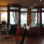 La salle de restaurant face à la Rance