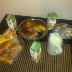 Desayuno con cereales,jugos,queso untable,panes,facturas etc