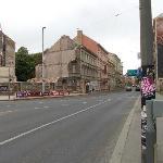 отель по левой стороне улицы