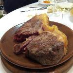 Enorme! Servita su un piatto (tipo pietra ollare) dove continua la cottura. Per chi ama la carne