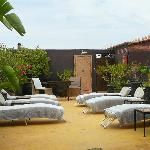 terrasse et douche extérieure bien appréciable