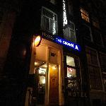 FRENTE DE HOTEL / NOCHE