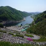 ダムの上から昭陽江を望む。