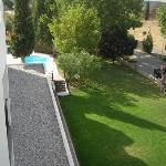 Jardín y vista de la piscina