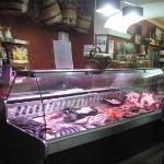 Fisch und Fleisch zur Auswahl in der Kühlauslage am Eingang