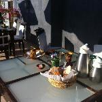 table petit déjeuner en terrasse