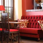 Retro's cosy interior with warm colors and inviting sofas