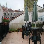 La terrasse pour le petit déjeuner par beau temps
