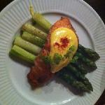 Salmon hollandaise with asparagus