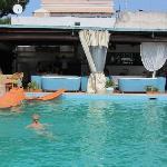 вид на открытый бассейн и бар/кафе