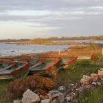 Direkt vor dem Haus liegen diese Boote am See