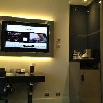 Sicht auf den Flatscreen und die Minibar