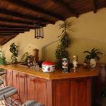 En la acogedora barra se sirve la Canchánchara en vasijas de barro.