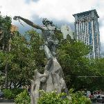 The awesome statue in the centre of Plaza Rajah Sulayman