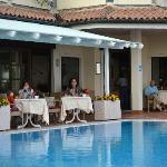 Du kan spise frokost ved poolen (den ene pool lukkes imens der er servering i restaurant)