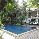 Entspannung am zentralen Pool, umgeben von üppigem Grün