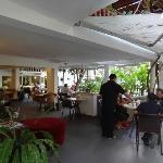 Offener Sitzbereich (Frühstück, Essen,Trinken, WLAN,..) mit Blick auf Pool