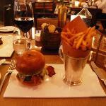 Hamburguesa con patatas, con cuchillo y tenedor