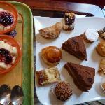 Kuchenauswahl beim Frühstück