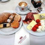 朝食(フルーツもたくさんある)