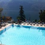 buitenzwembad met zicht op het meer