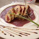 Suprême de pintade farcie, comportée de choux blancs sauce moutarde en grain, lié de vin rouge