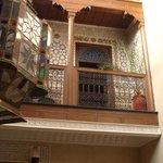 Vue d'une des chambres et son balcon avec l'impressionante lampe marrocaine