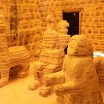 部屋の前に塩の彫刻、これを見に観光客が来る