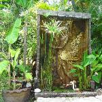 la fontaine dans le jardin au bord de la piscine