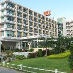 Hotel J Anfahrtsbereich und ansicht von der Nord Pattaya Road