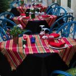 tables au nappage coloré, le soir , sur la 2° terrasse