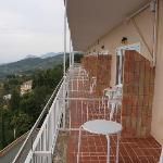 Durchgehender Balkon ohne Sichtschutz zum Nachbarn