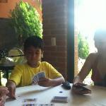 mi cuñis y mi hijo jugando