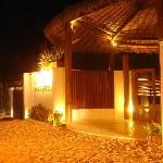 a entrada do hotel e o tradicional chão de areia de Jericoacoara.