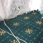 Zimmer 15_Gardine unten durch herabhängende Gardinenstange
