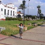 Mi nena correteando en los jardines del hotel