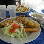 Pesacdo frito con ensalada, patacon, yuco y sopa de pescado en Isla Grande