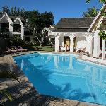 Blick auf Wohnbereich, Pool und Restaurant