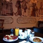 Frühstücksraum mit kunstvollen Wandfliessen