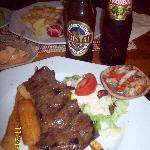 Anticucho de Corazon.- acompañado de sus yuquitas fritas y de sus cervecitas peruanas