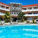 プール越しにホテルを臨む