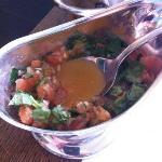 met salsa van zoete tomaat, look en basilicum