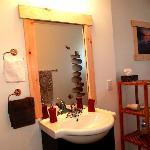 Salle de bain très propre et bien décorée