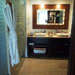 El baño (swim-up one bedroom suite)