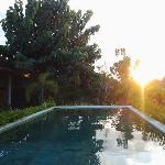 piscina al tramonto.