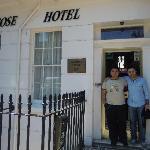 foto all'ingresso del Winrose con jonathan