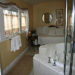 дополнительная кровать в ванной))
