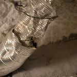 het plafond en het gat in de rookafvoerbuis