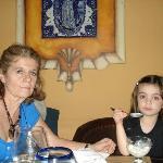 mi nieta y yo comiendo el postre ,detrás se ve la imagen de la virgen de Guadalupe