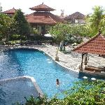 Swimming pool with swim-up bar next to it
